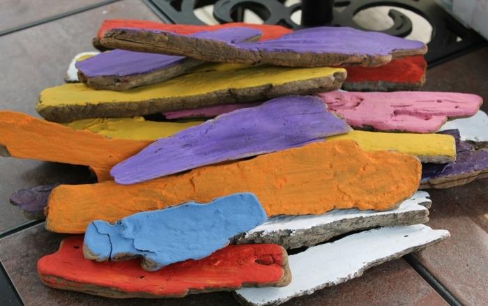 déco bois flotté, morceaux de bois en couleurs diverses
