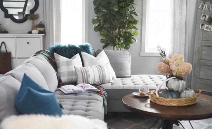 comment décorer son salon, miroir noir, table ronde, plante verte, coussins décoratifs