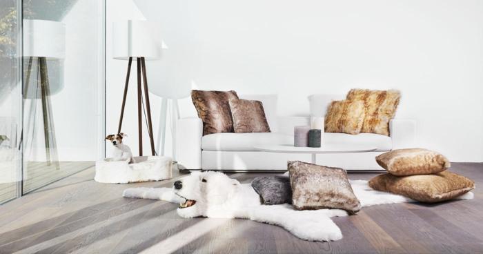 idee deco salon cocooning, coussins décoratifs, canapé blanc, grande fenêtre, murs blancs