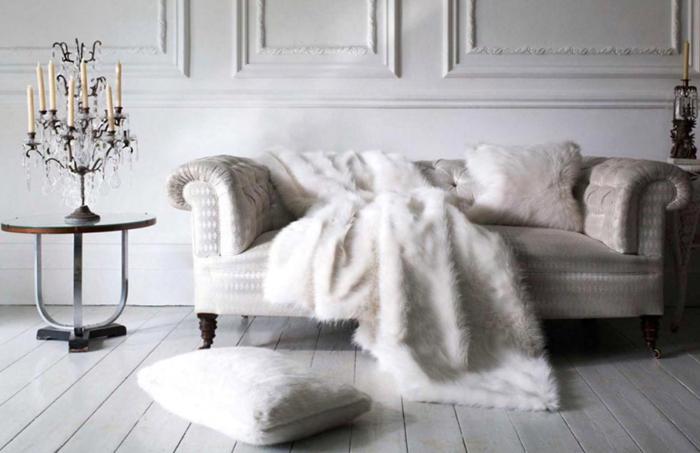 comment décorer son salon, table basse ronde, lustre avec bougies et cristaux, canapé cocooning