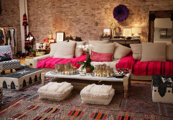 canapé cocooning, murs en briques, pouf violette, tabouret taupe, coussins rose, fauteuil motif zebre