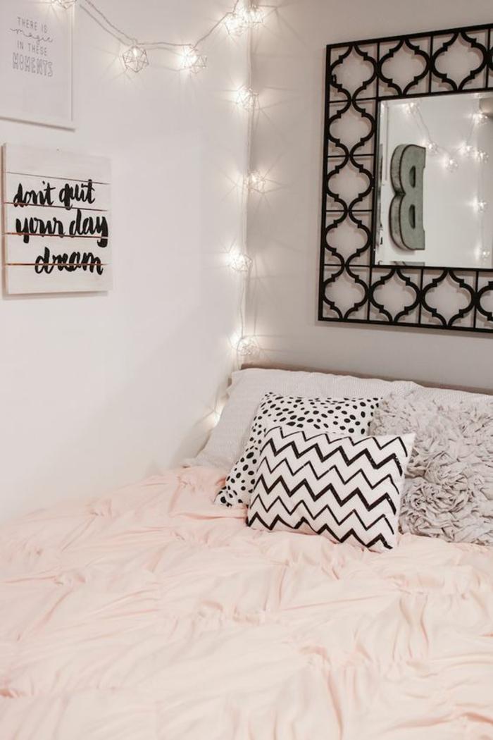 déco-girly-chambre-d'ado-pour-fille-mirroir-guirlande-lumineuse