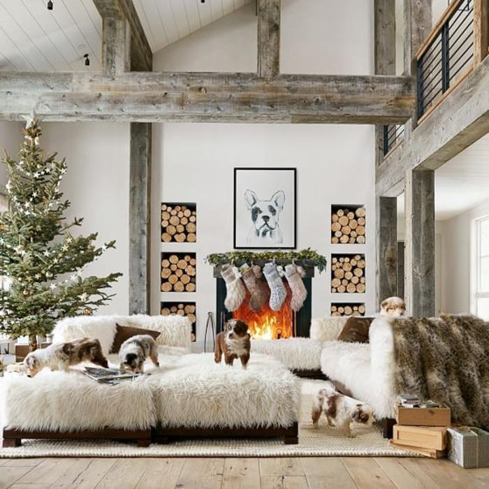 deco sejour, cheminée allumée, sapin de Noel, plafond avec poutres en bois, guirlande de Noel, murs blancs