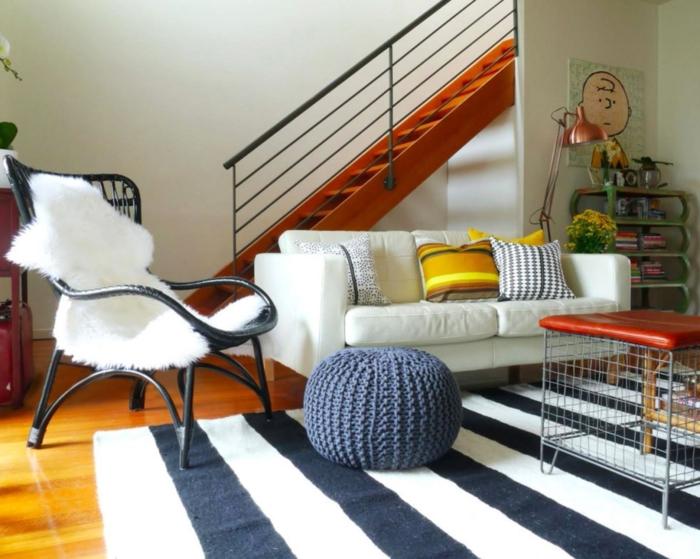 deco cocooning, parquet en bois, chaise noire, canapé blanc, coussins jaunes, lampe rose