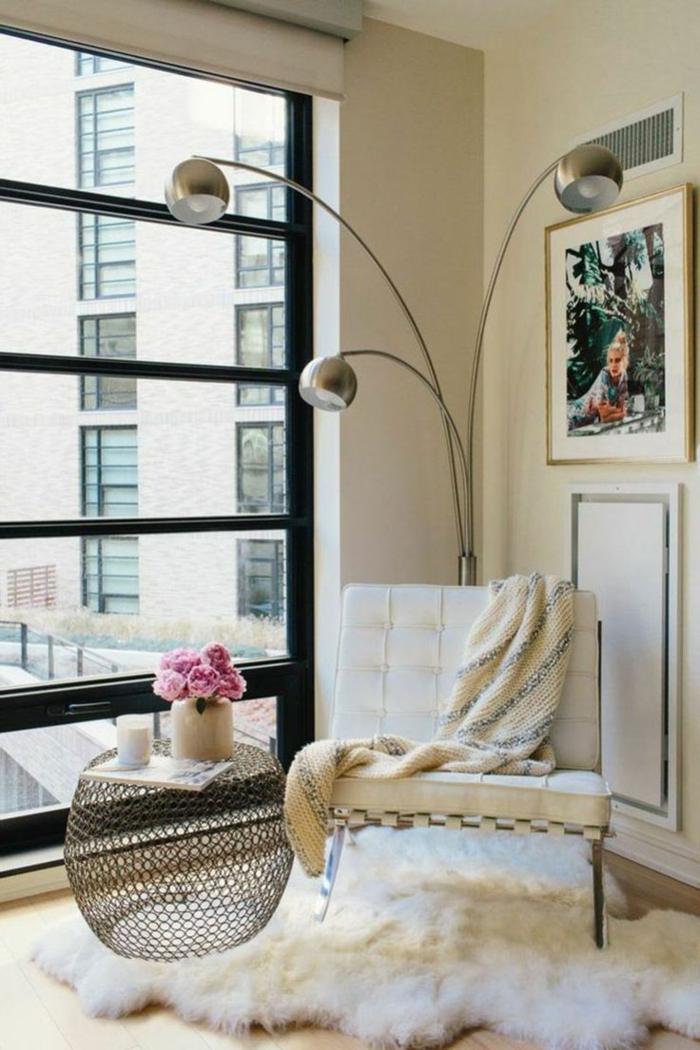 idee deco salon cocooning, tapis en fausse fourrure, grande fenêtre, chaise blanche