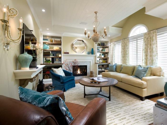 feng shui salon, canapé beige, vase turquoise, fauteuil bleu foncé, table ronde
