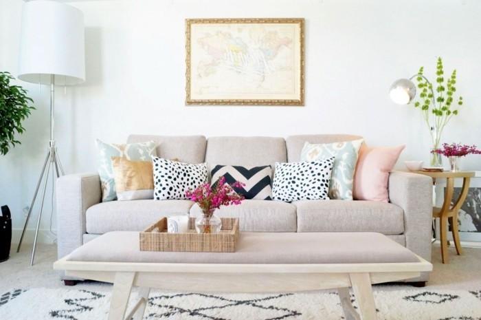 salon feng shui, murs blancs, plantes vertes, tapis beige, canapé pastel, coussins décoratifs multicolore