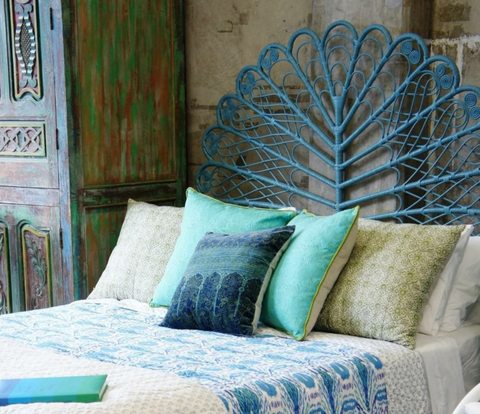 décoration-bleu-canard-ou-paon-deco-chambre-ado-lit-fer-joli