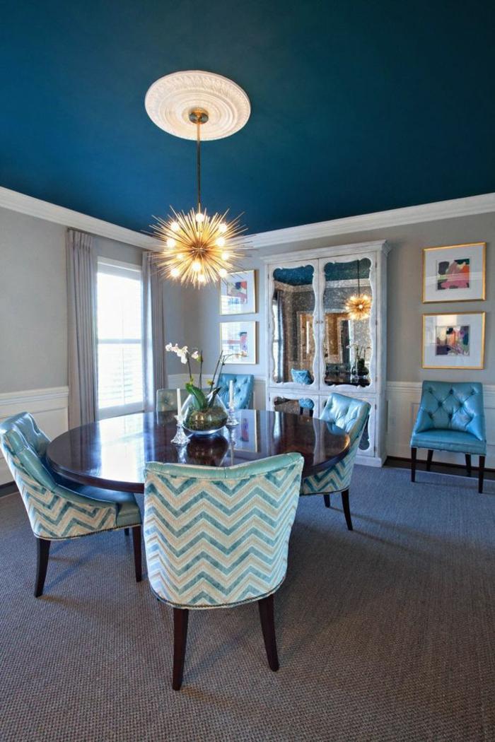 décoration-chambre-garçon-chambre-bleue-la-salle-à-manger-table-ronde-chaises