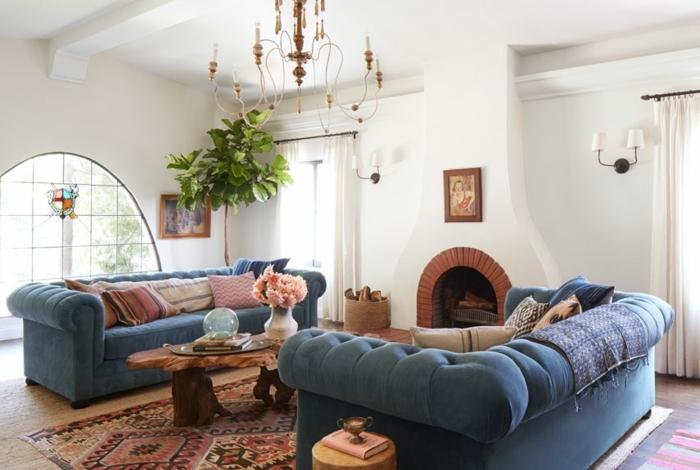 idee deco salon cocooning, tapis ethnique, lustre à bougies, murs blancs, plantes vertes, cheminée