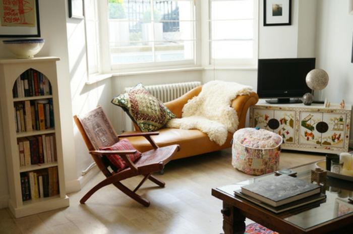 idee deco salon cocooning, parquet en bois, table en verre, fauteuil à bascule, canapé jaune moutarde
