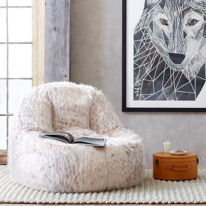 déco cocooning salon, peinture loup, murs gris, grande fenêtre, pouf en fausse fourrure