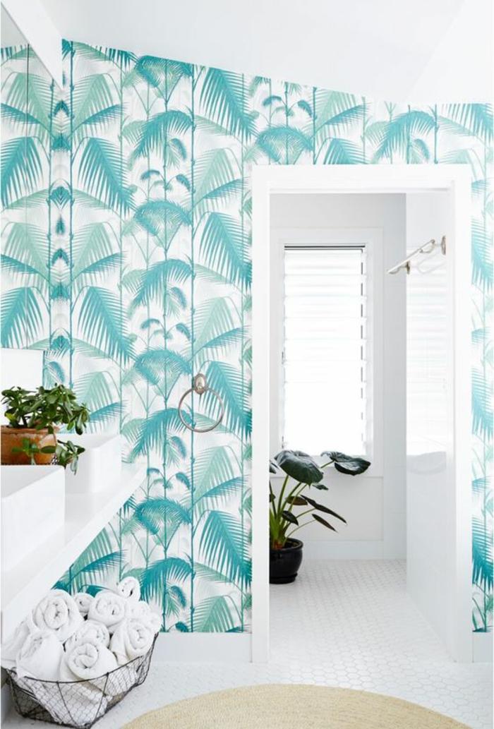 décoration-murale-salle-de-bains-blanche-papier-peint-palmier