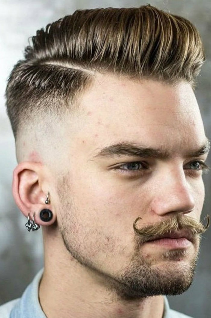 coupe de cheveux homme court sur les cotés long dessus style pompadour avec moustache homme