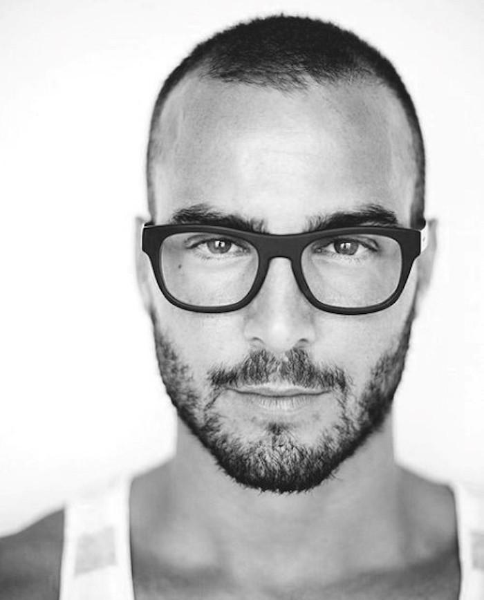 coiffure homme court rasé avec dégradé et barbe légère