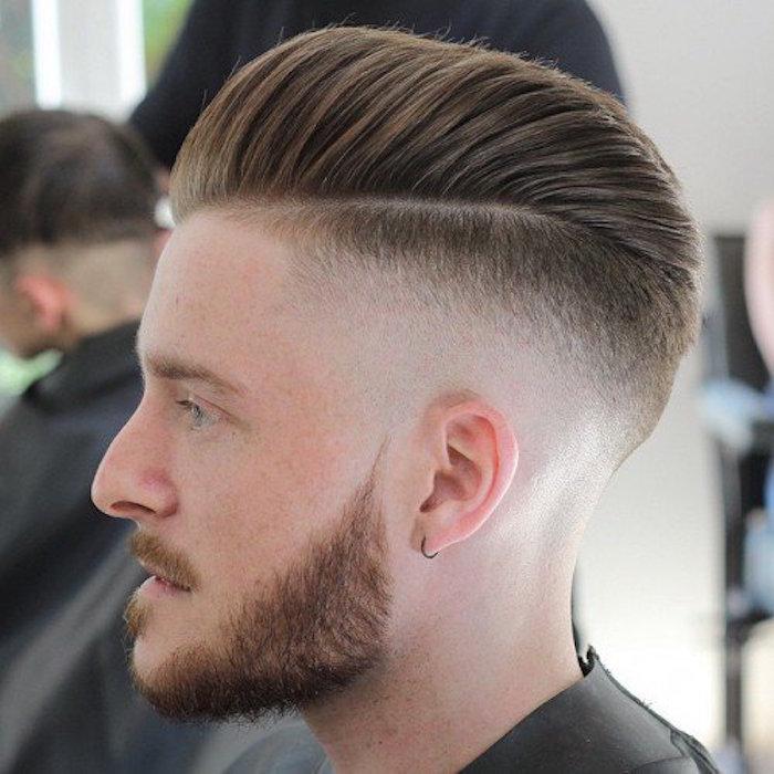 coupe de cheveux homme tendance en arrière style banane