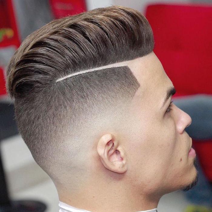 coupe de cheveux homme court sur les cotés long dessus avec trait raie