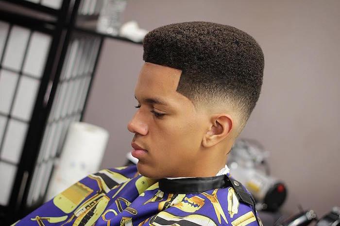 style vintage coupe afro avec lignes droits et dégradé oreilles