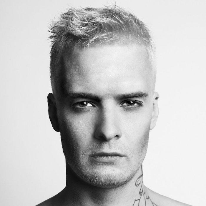 coiffure homme cheveux court décoiffé teinture blonde
