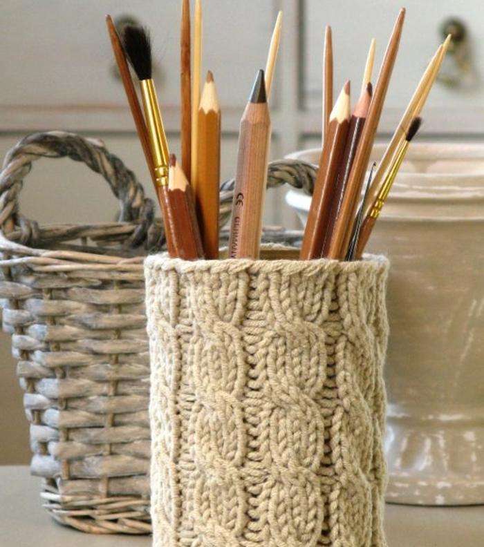 deco-boite-conserve-enveloppée-de-laine-idée-comment-faire-un-pot-a-crayon-soi-meme-un-rangemenr-pour-les-fournitures-de-bureau