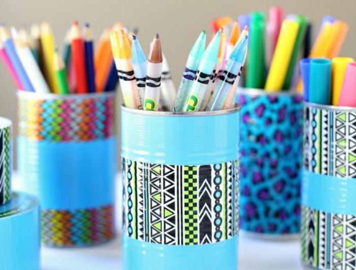 deco-boite-conserve-repeinte-en-bleu-et-customisé-avec-de-la-peinture-bleue-et-des-bandes-de-masking-tape