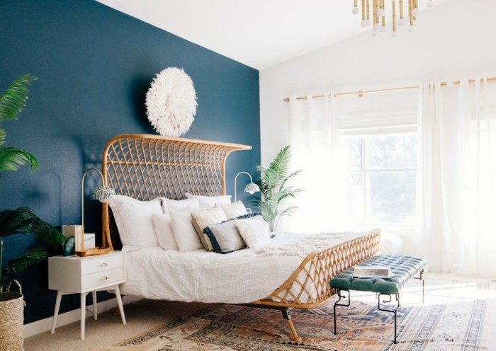 papier peint chambre, plafond blanc, mur bleu, tapis ethnique, plante verte