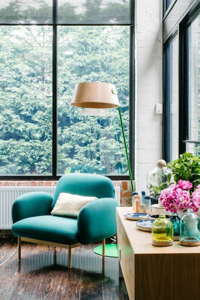 couleur chambre adulte, fauteuil turquoise, grandes fenêtres, vase de fleurs