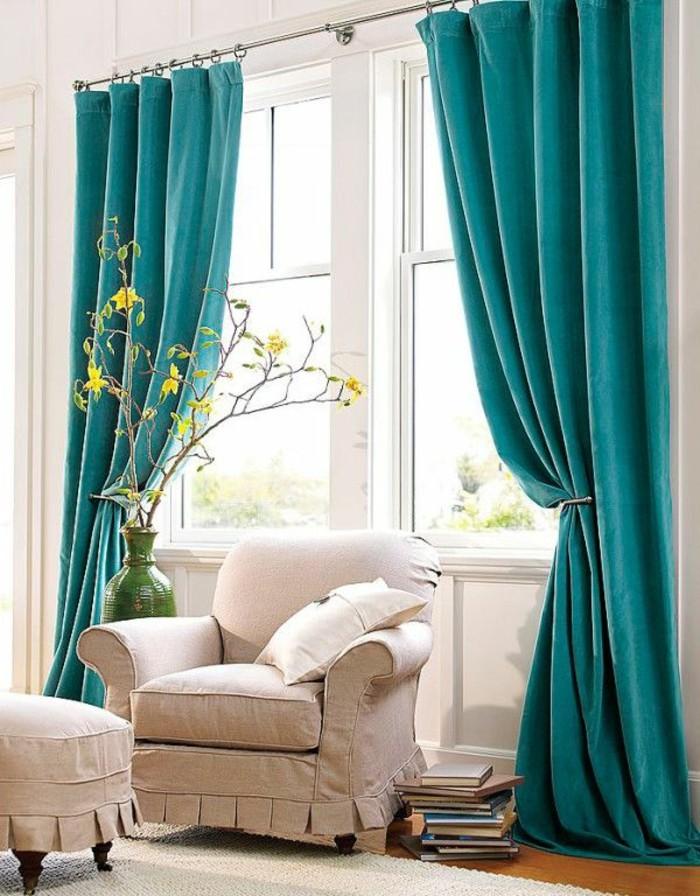 idée couleur chambre, murs blancs, fauteuil beige, rideaux turquoise, livres