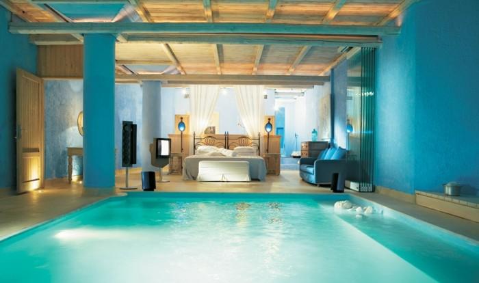 chambre adulte bleu, plafond avec poutres en bois, piscine intérieure, déco turquoise