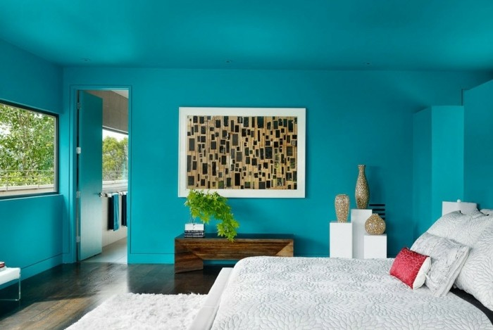 couleur chambre adulte turquoise, parquet en bois, lit blanc, vases décoratives