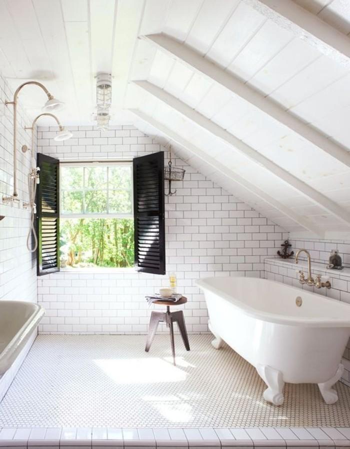 deco-cocooning-baignoire-lampes-fenetre-carrelage-vue-sur-la-foret