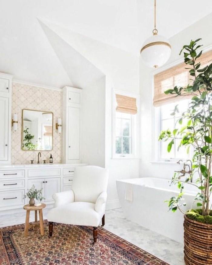 deco-cocooning-baignoire-plantes-tapis-ethnique-fauteil-mirroir-stores