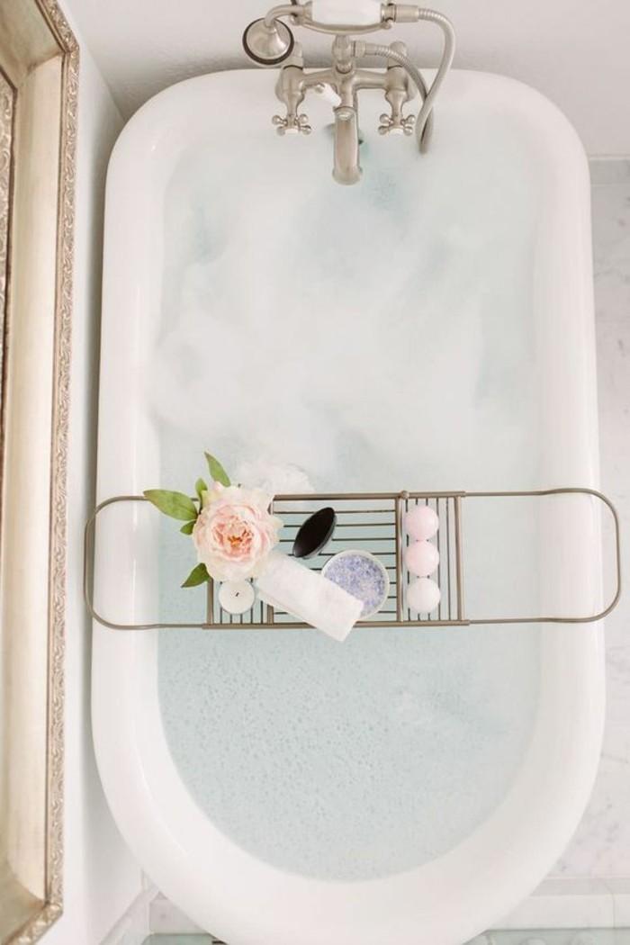 deco-cocooning-baignoire-rose-articles-de-bain-murs-blancs