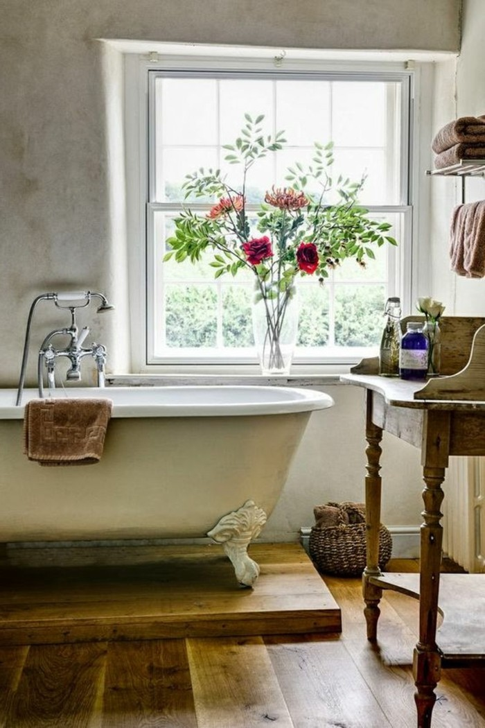 deco-cocooning-fleurs-vase-baignoire-serviette-fenetre-panier-en-paille