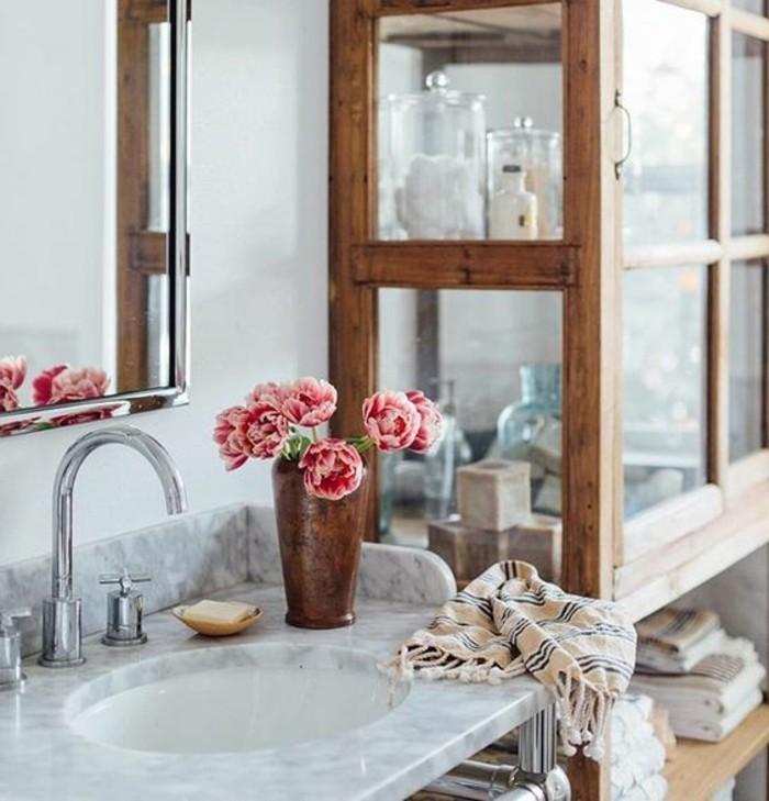 deco-cocooning-fleurs-vase-serviette-mirroir-lavabo-en-marbre