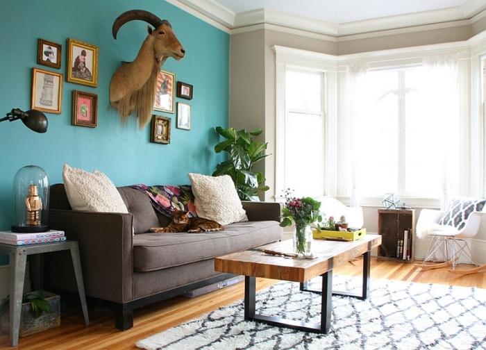 amenagement salon, plafond blanc, mur turquoise, canapé marron, table basse, tapis blanc et noir