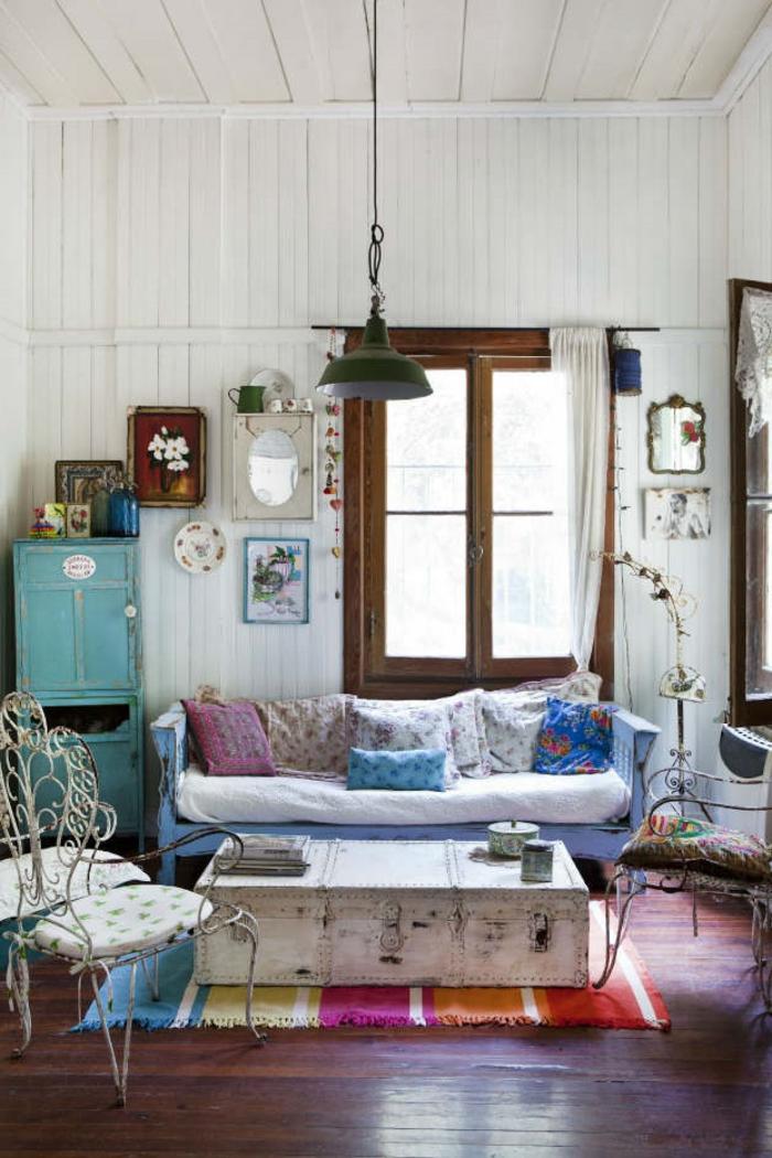 salon cocooning, tapis multicolore, murs blancs, canapé bleu, armoire turquoise
