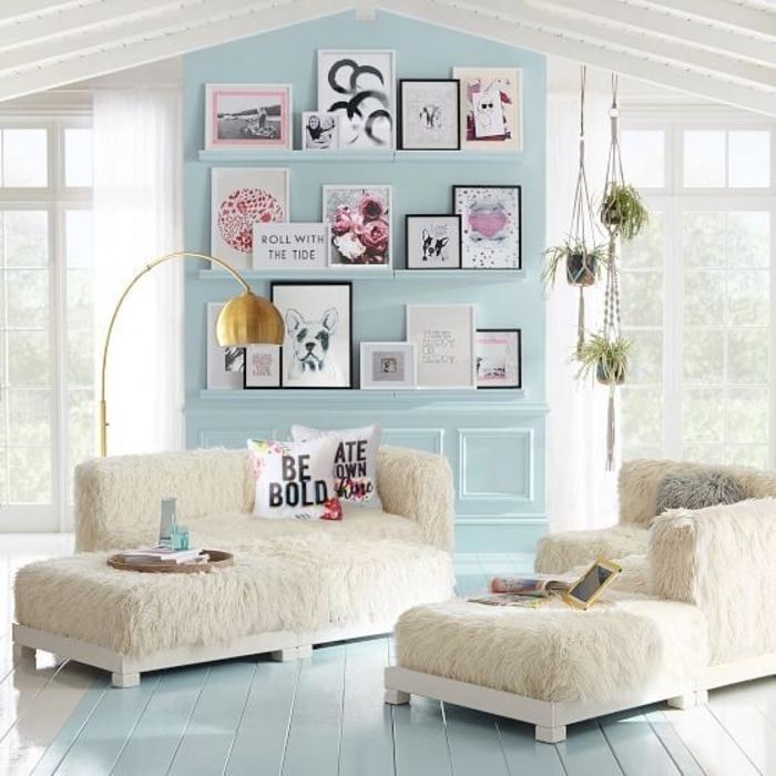 décoration intérieure salon, murs bleus, plafond blanc, canapé et fauteuil en fausse fourrure