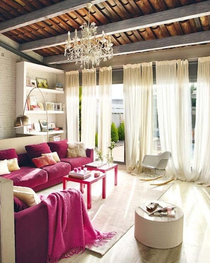 amenagement salon, canapé rose foncé, rideaux longs, tabouret blanc, bibliothèque en bois
