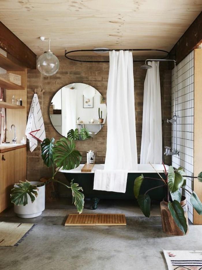 deco-cocooning-rideaux-plantes-baignoire-lampe-mirroir-salle-de-bain