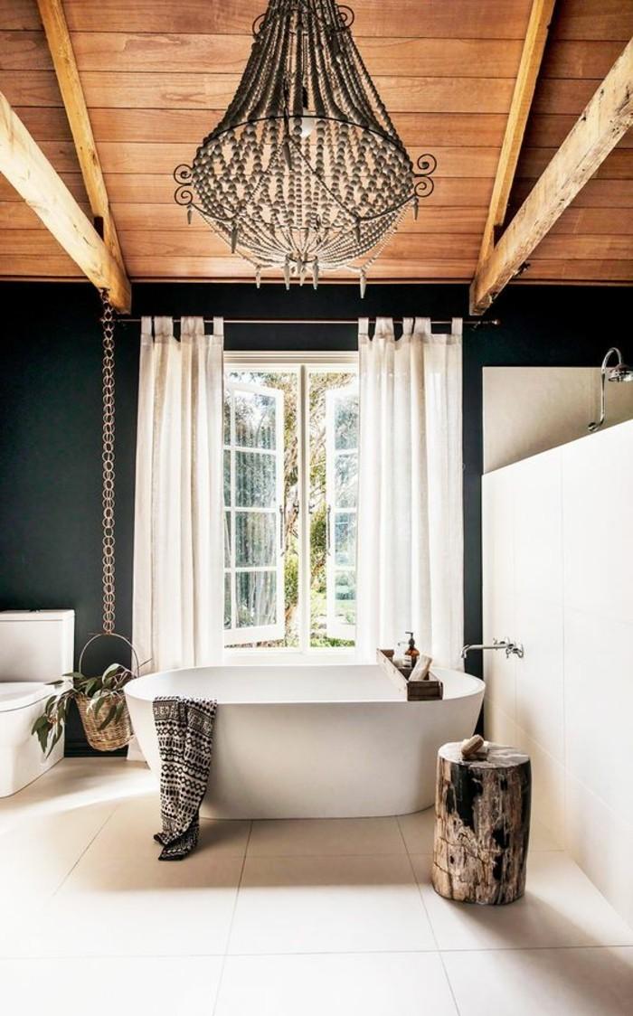 deco-cocooning-salle-de-bain-fenetre-rideaux-baignoire-lustre