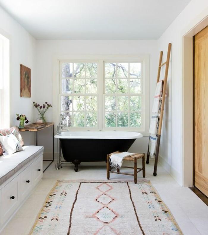 deco-cocooning-salle-de-bain-tapis-ethnique-fleurs-sechées-peinture-échelle