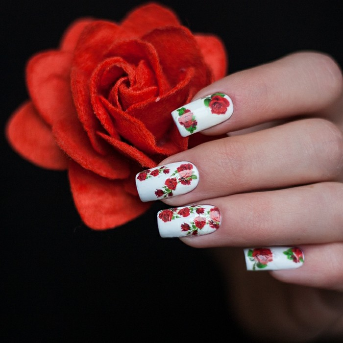 deco-ongle-rose-manucure-blanches-avec-roses-dessins-ongles-longs
