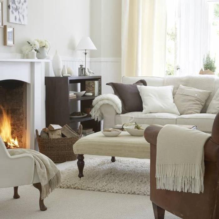 décoration intérieure salon, tapis en fausse fourrure, cheminée allumée, canapé blanc