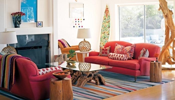décoration intérieure salon, tapis multicolore, cheminée noire, murs blancs, canapé rouge