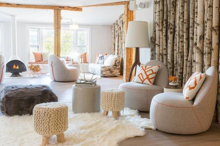 idee deco salon cocooning, tapis en fausse fourrure, tabouret en crochet, plafond blanc