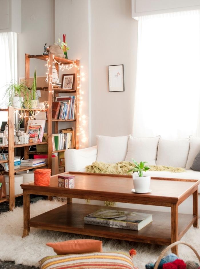 ambiance cocooning, table en bois, canapé blanc, tapis en fausse fourrure, guirlande lumineuse