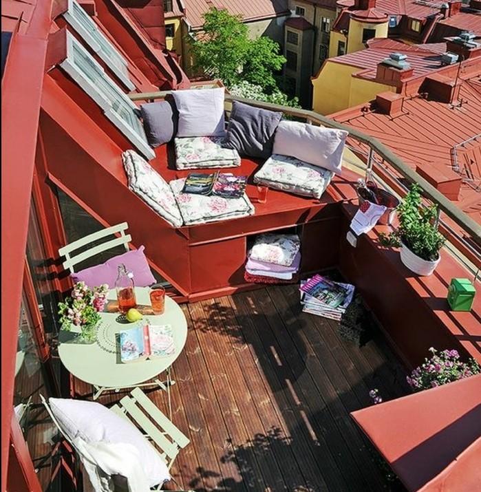 terasse tropezienne, table en chaises en métal vert pistache, coin pour prendre des bains de soleil, plantes