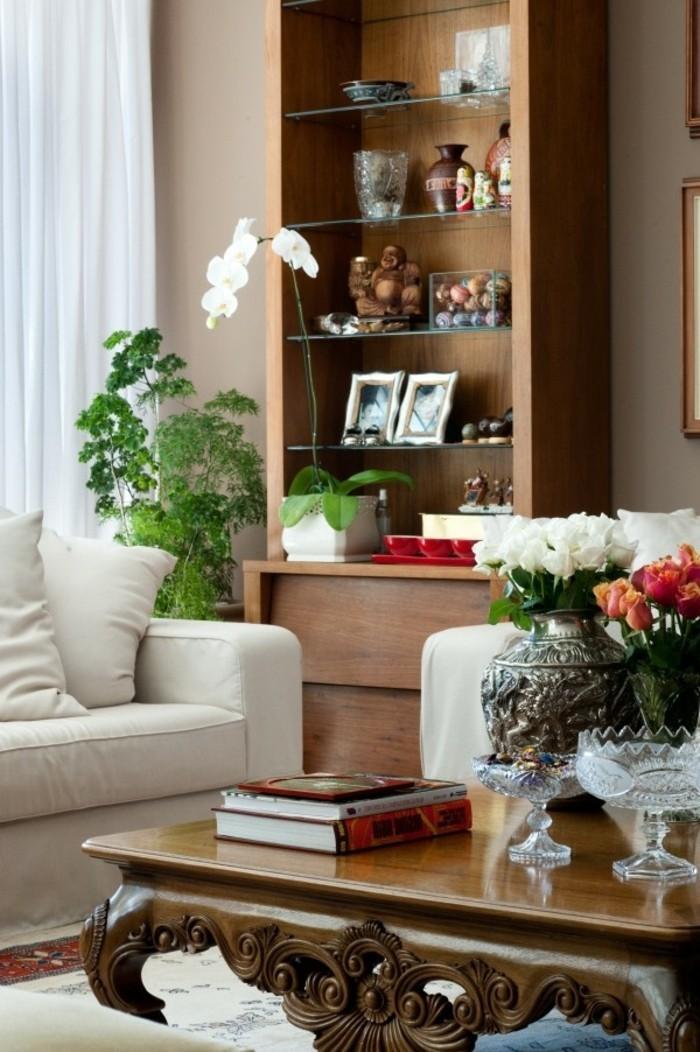 salon feng shui, canapés blancs, plantes vertes, bibliothèque en bois, tapis ethnique