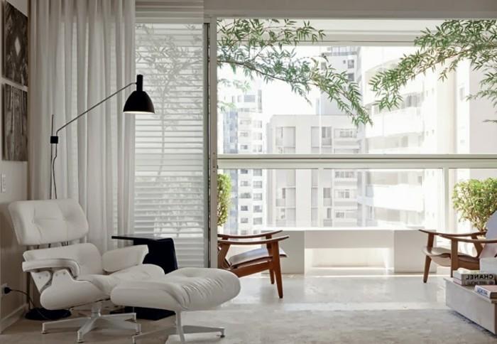 feng shui maison, lampe noire, plantes vertes, grande fenêtre, rideaux longs, sol blanc